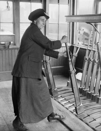 Women-in-signal-box-1918-IWM-Q-28148